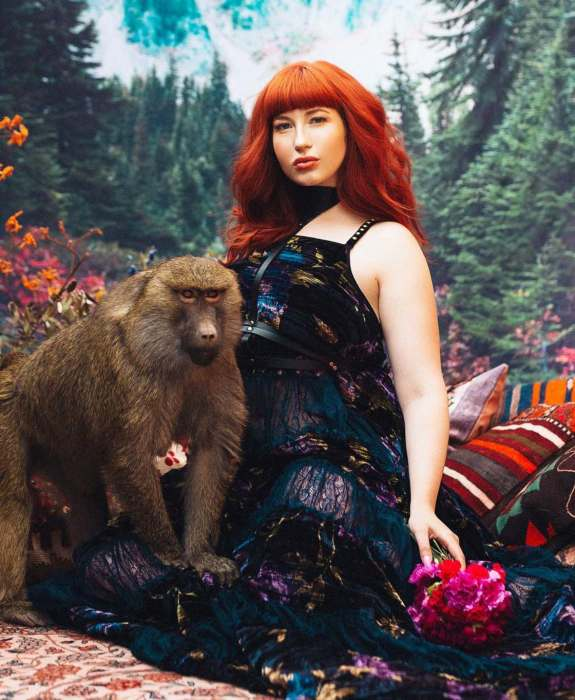 Девушки-модели и животные, спасенные от браконьеров