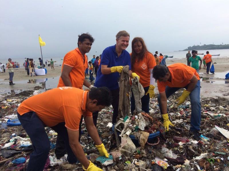 Волонтеры ликвидировали стихийную свалку на пляже Мумбая
