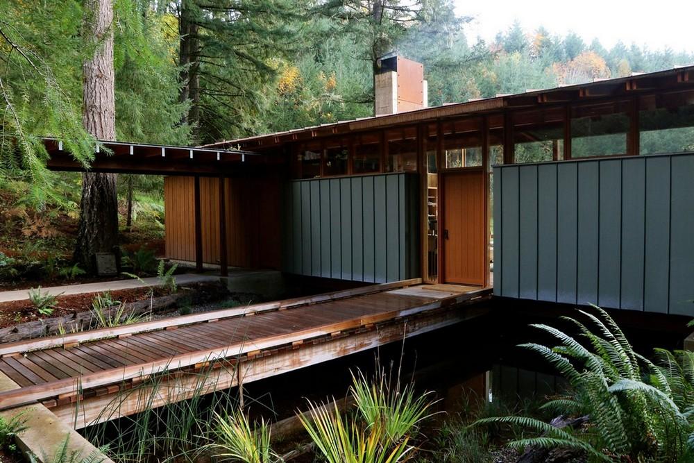 Частный дом на берегу пруда в США