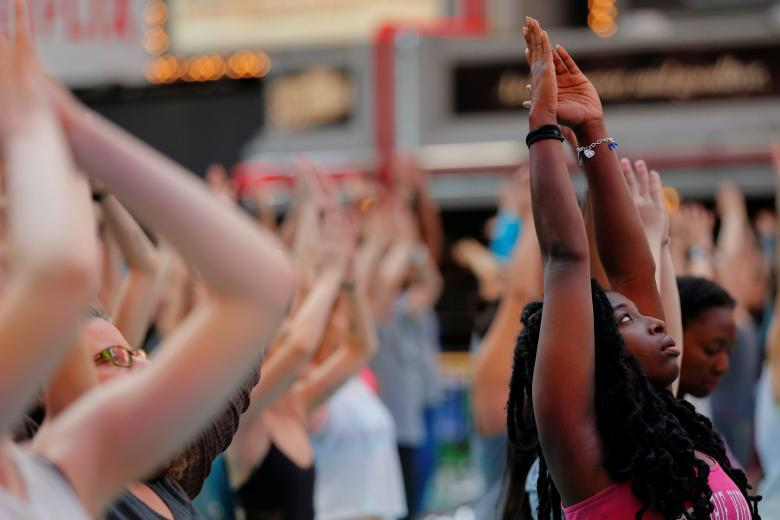Массовая йога на Таймс-сквер