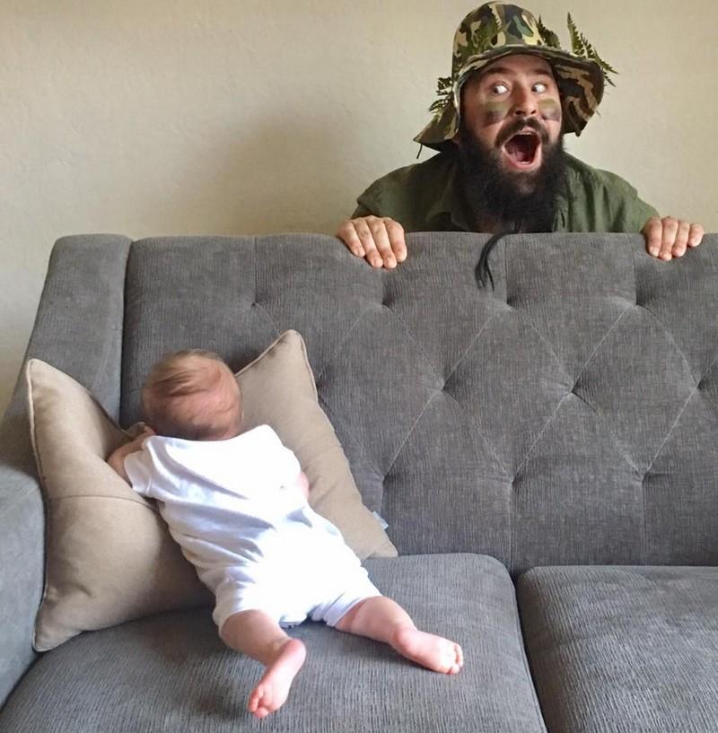 Папа делает веселые фото с маленькой дочерью