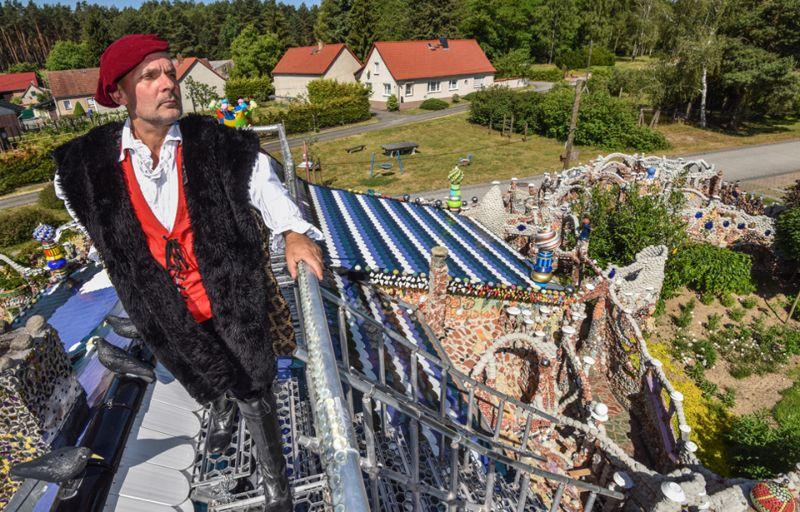 Дом-мозаика из хлама, на который автор потратил семь лет и 100 000 евро