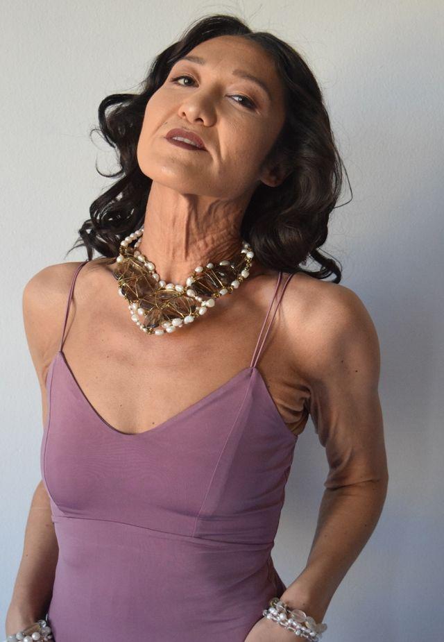 Молодая девушка с кожей старухи строит карьеру модели