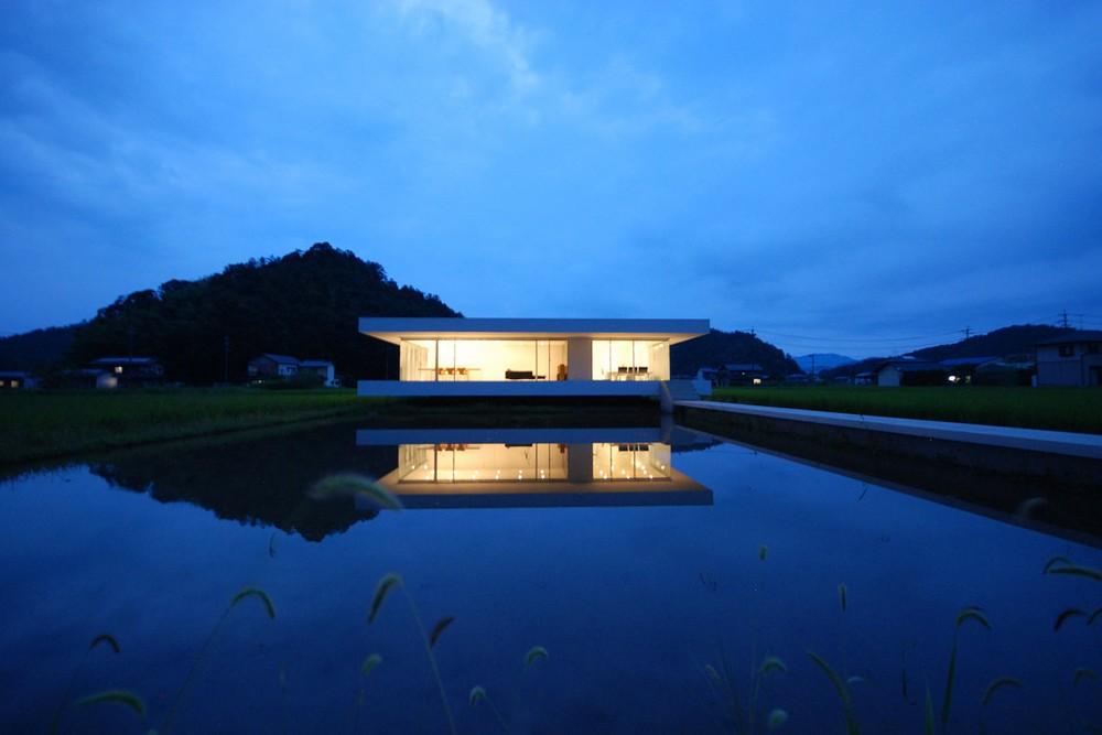 Резиденция из стекла и стали в Японии