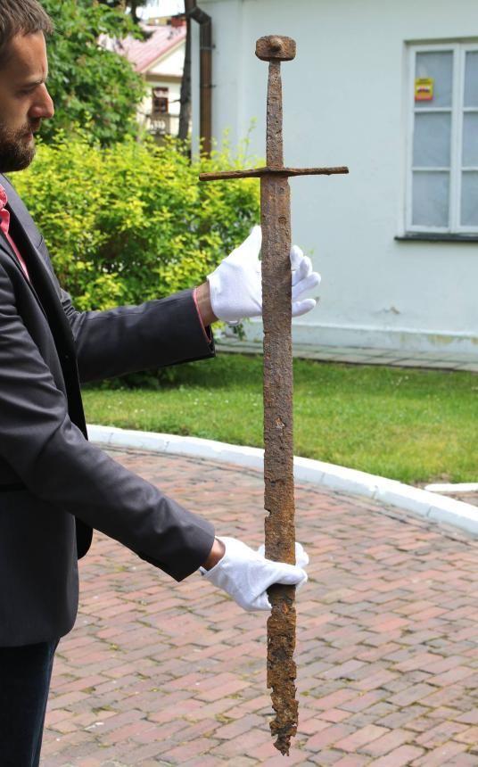 Рабочий откопал на участке рыцарский меч 600-летней давности