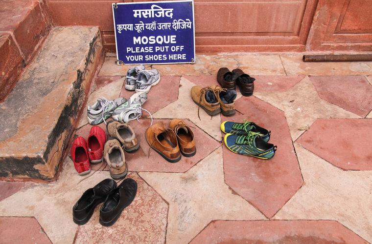 Снимать ли обувь в доме: традиции разных стран