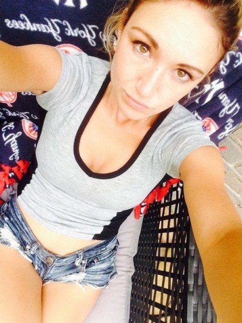 Красивые девушки в коротких шортиках