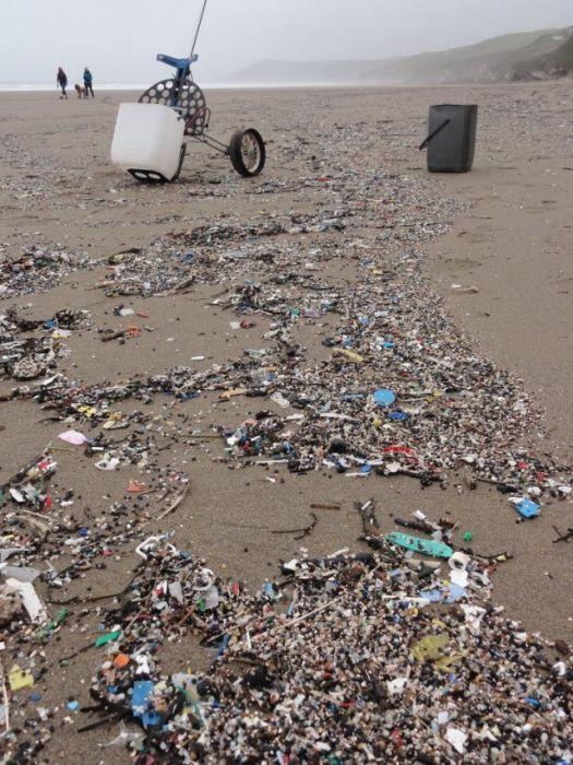 Пластиковый мусор с пляжа в Великобритании