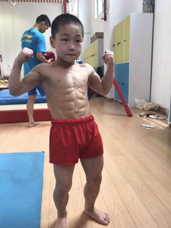 7-летний китайский мальчик поразил всех мускулистым телом