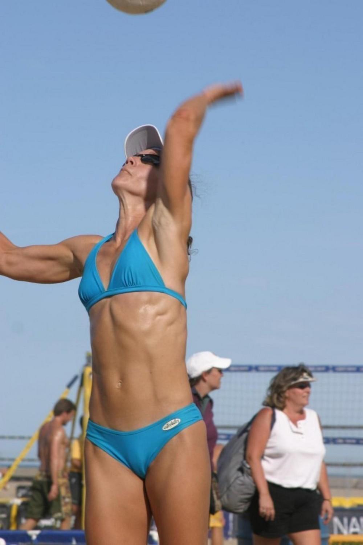 Девушки и пляжный волейбол