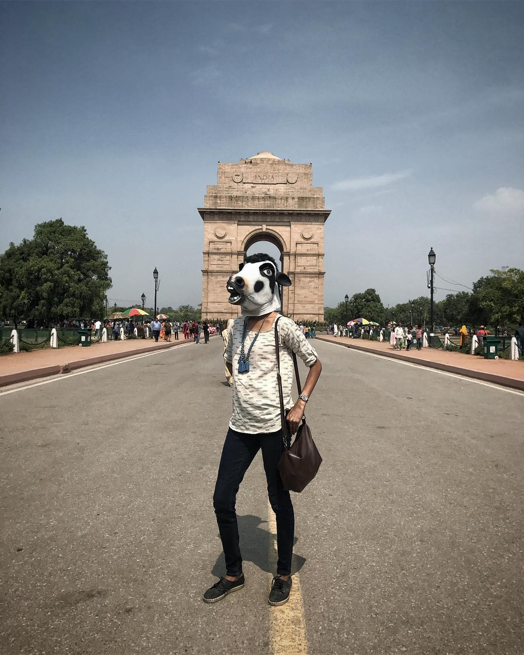 Индийские женщины фотографируются в масках коров против изнасилований