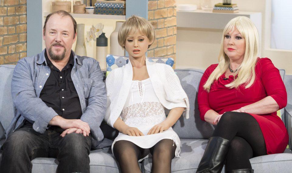 Пара потратила £30 000 на секс-кукол и регулярно устраивает с ними оргии