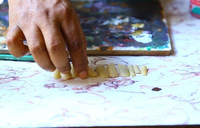 Индийский художник рисует невероятные картины на собственных обрезках ногтей