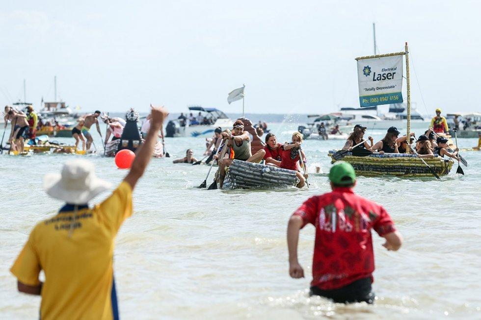 Регата на лодках из пивных банок в Австралии