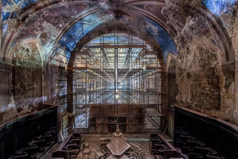 Атмосферные снимки заброшенных церквей от Джеймса Кервина