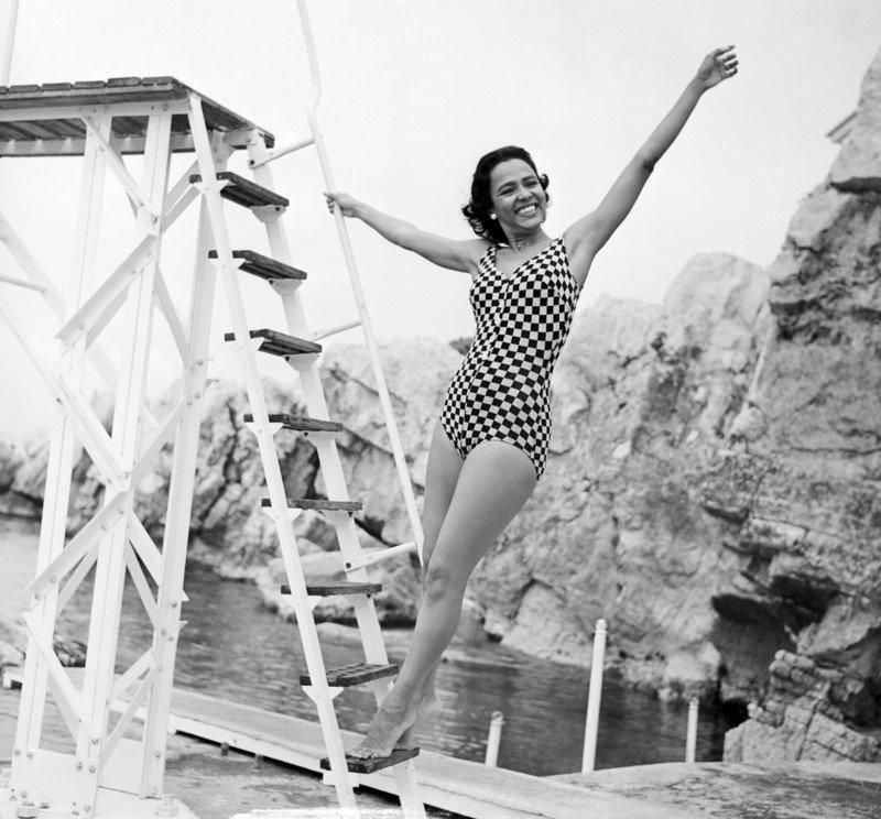 Дамы в купальниках середины прошлого века