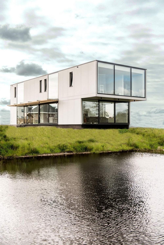 Современная вилла на берегу озера в Нидерландах