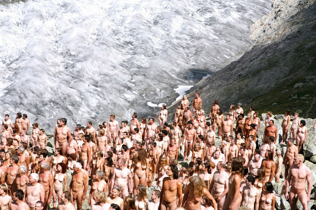 Фотограф Спенсер Туник организует флешмобы обнажённых людей