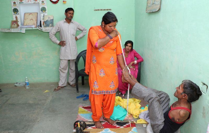 Индиец, родившийся без рук, стал профессиональным портным