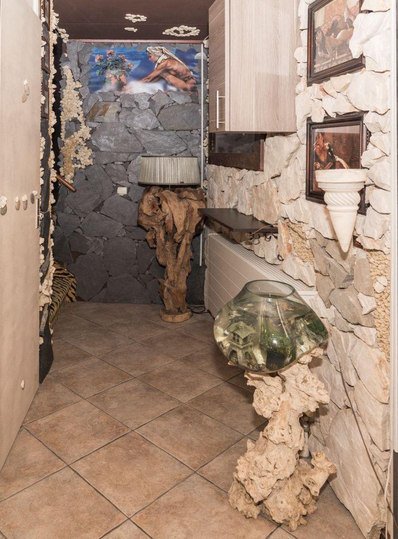 Дом с отделкой под пещеру в джунглях