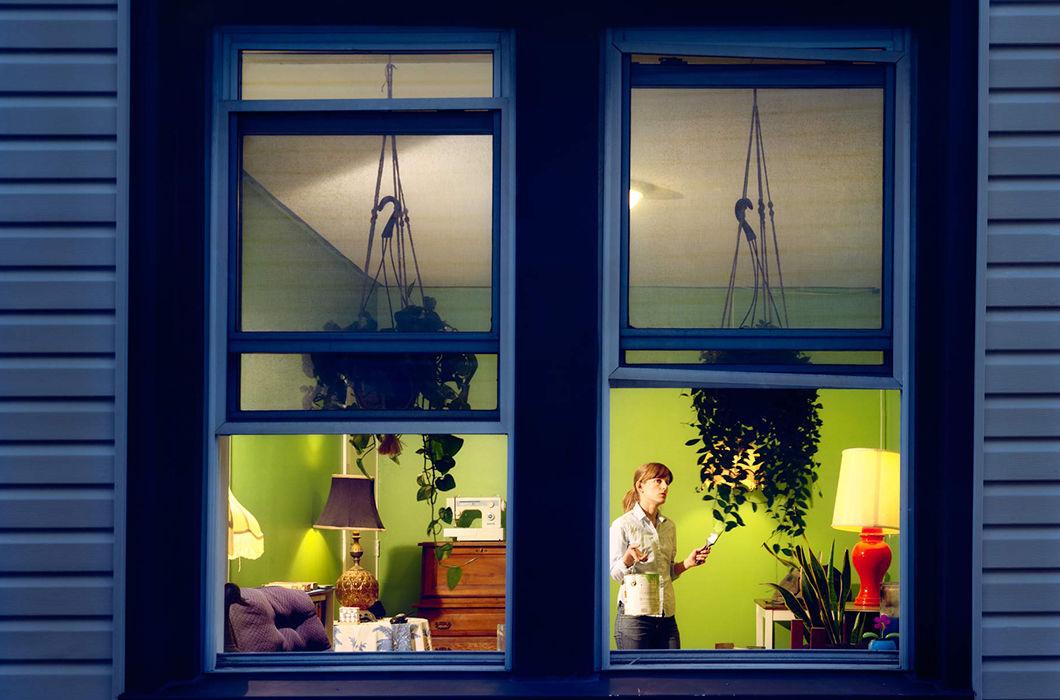 Люди в окнах напротив