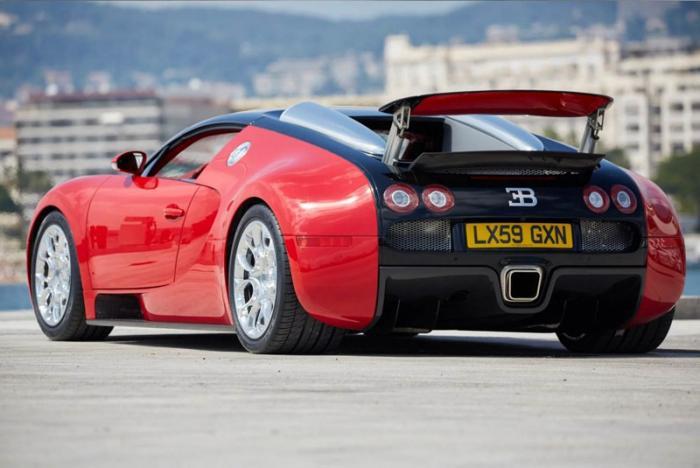 Этот красный Bugatti Veyron на самом деле синий
