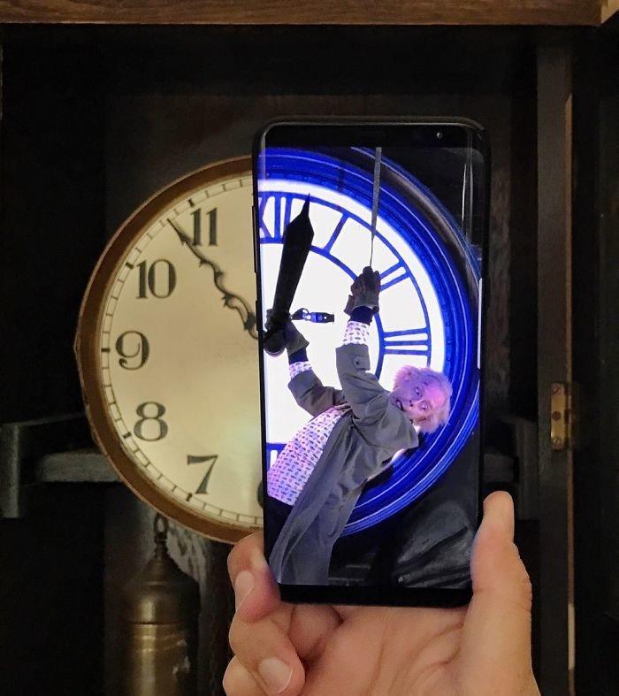Рекламщик дополняет повседневность с помощью телефона