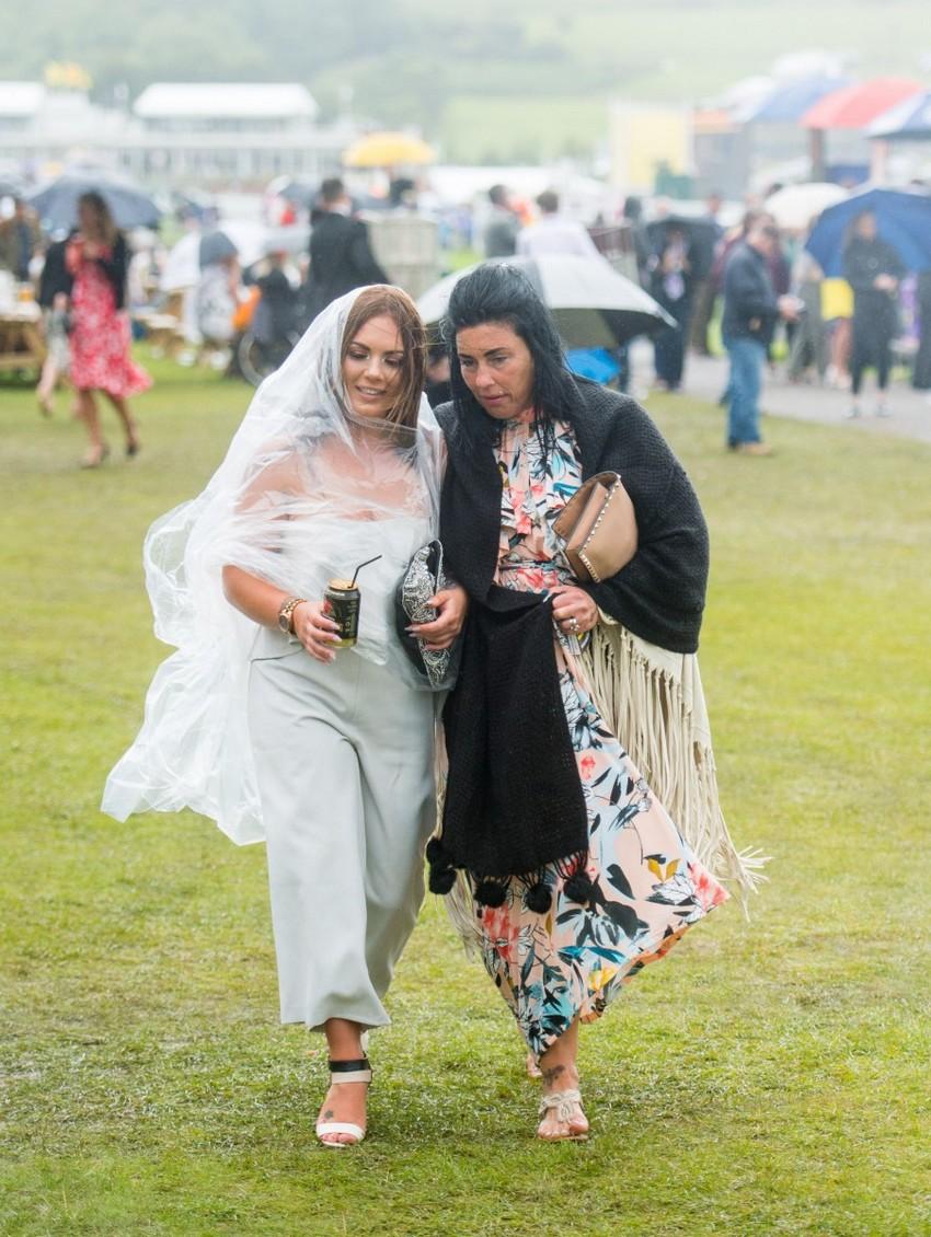 Британские леди отрываются на скачках