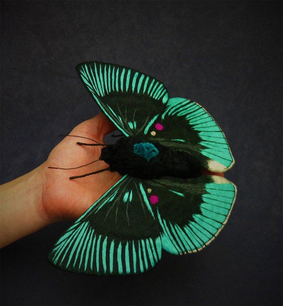 Вышитые мотыльки и бабочки от Юми Окита