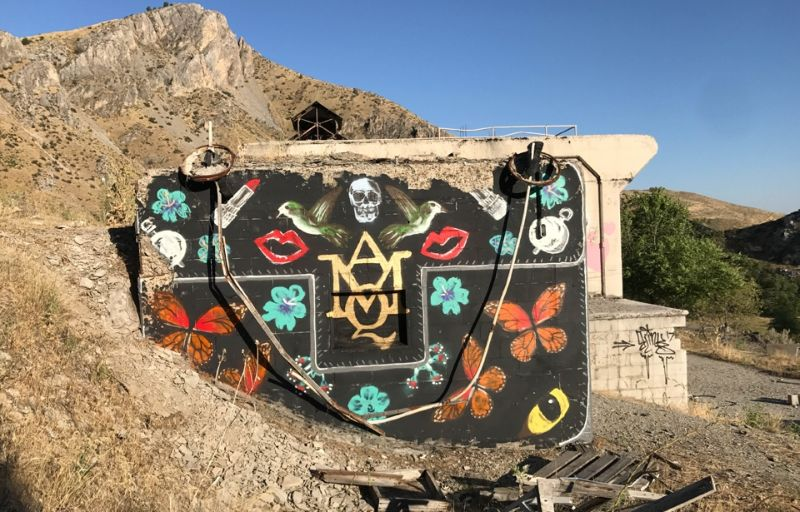 Художник превращает бетонные блоки в гигантские дизайнерские сумочки