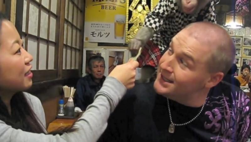 Японский ресторан, где официантами работают макаки