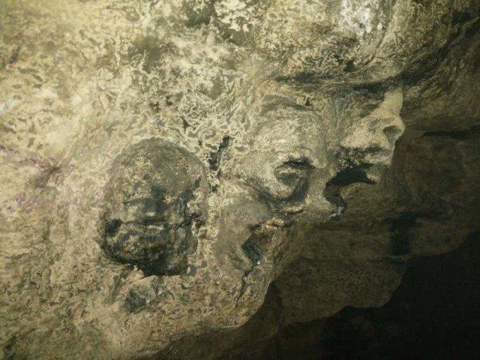 15 пугающих снимков, сделанных в катакомбах под Парижем