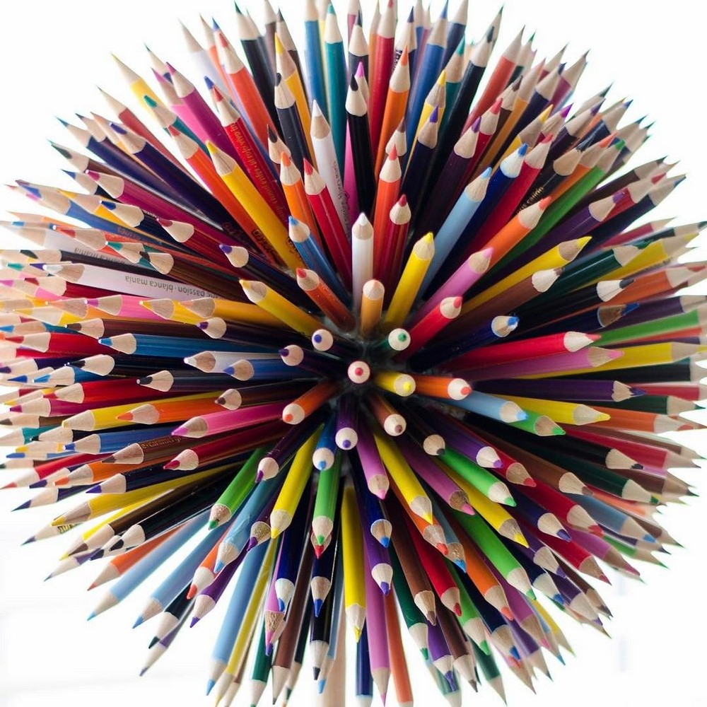 Большие цветные мазки краски на самом деле рисунки карандашом