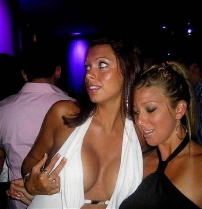 Мужчины глазеют на женскую грудь