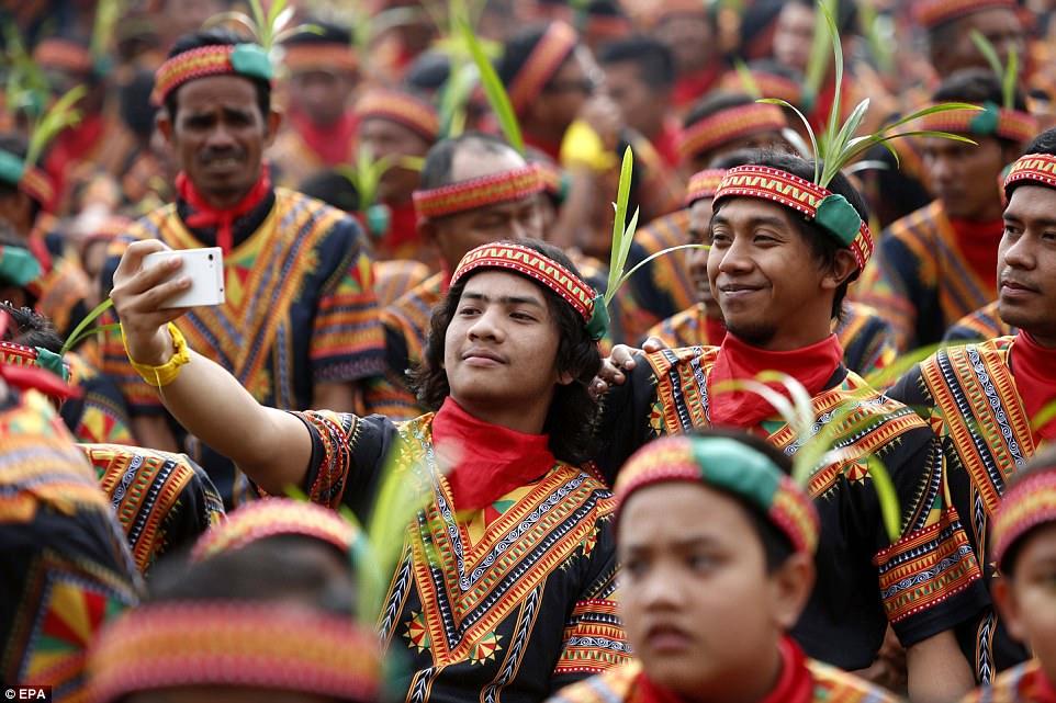 10 000 мужчин на традиционных танцах в Индонезии