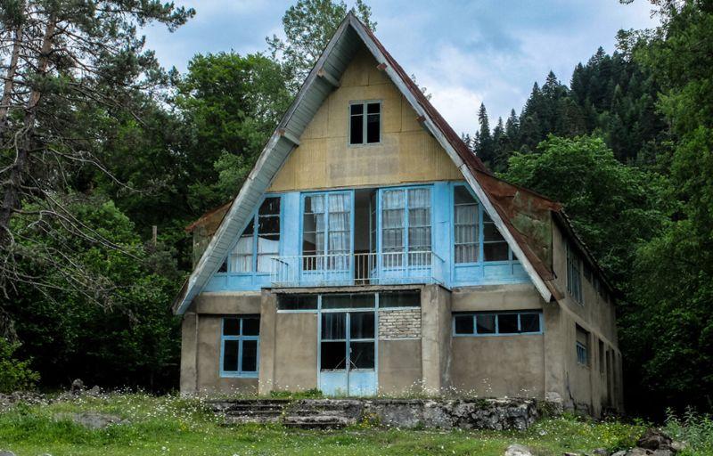 Прогулка по заброшенному советскому курорту в Грузии