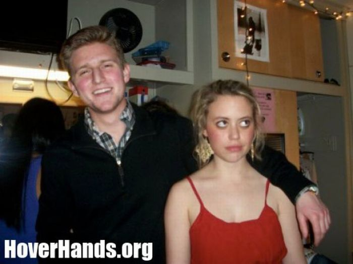 Парни не полностью обнимают девушек