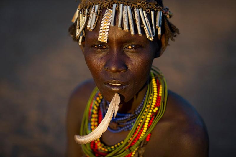 Как украшают себя мусором племена в Эфиопии