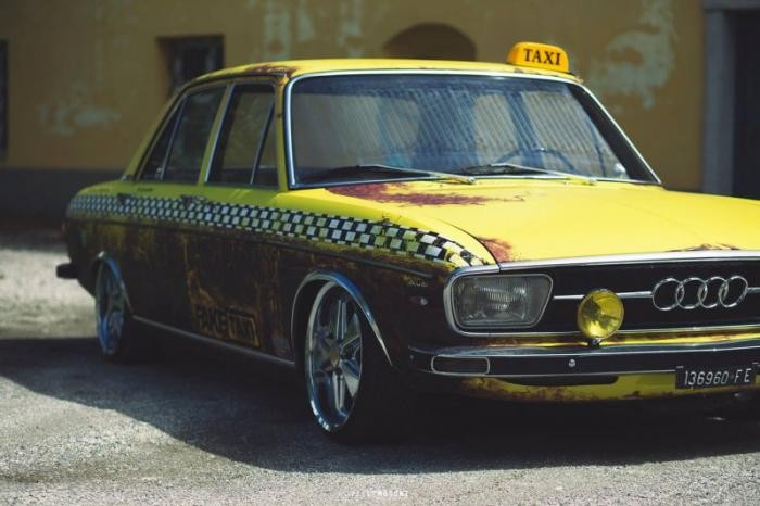 Классический Audi 100 в стиле состаренного такси
