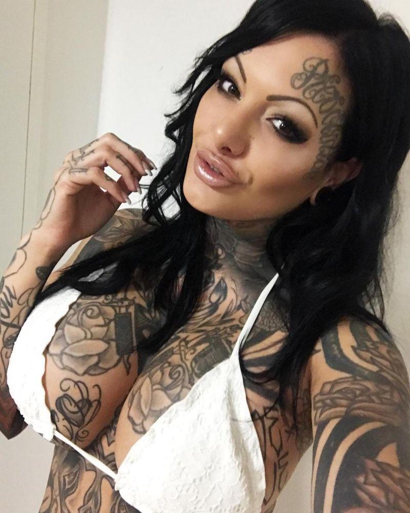 Немка покрыла татуировками почти все свое тело