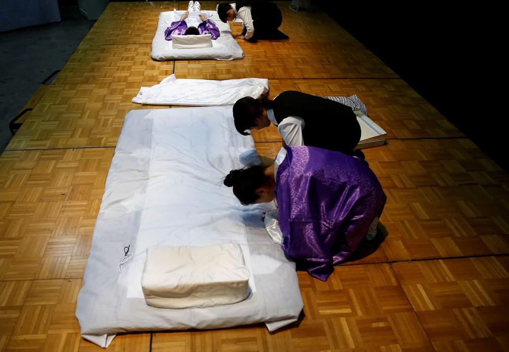 Конкурс по одеванию мертвецов в Японии