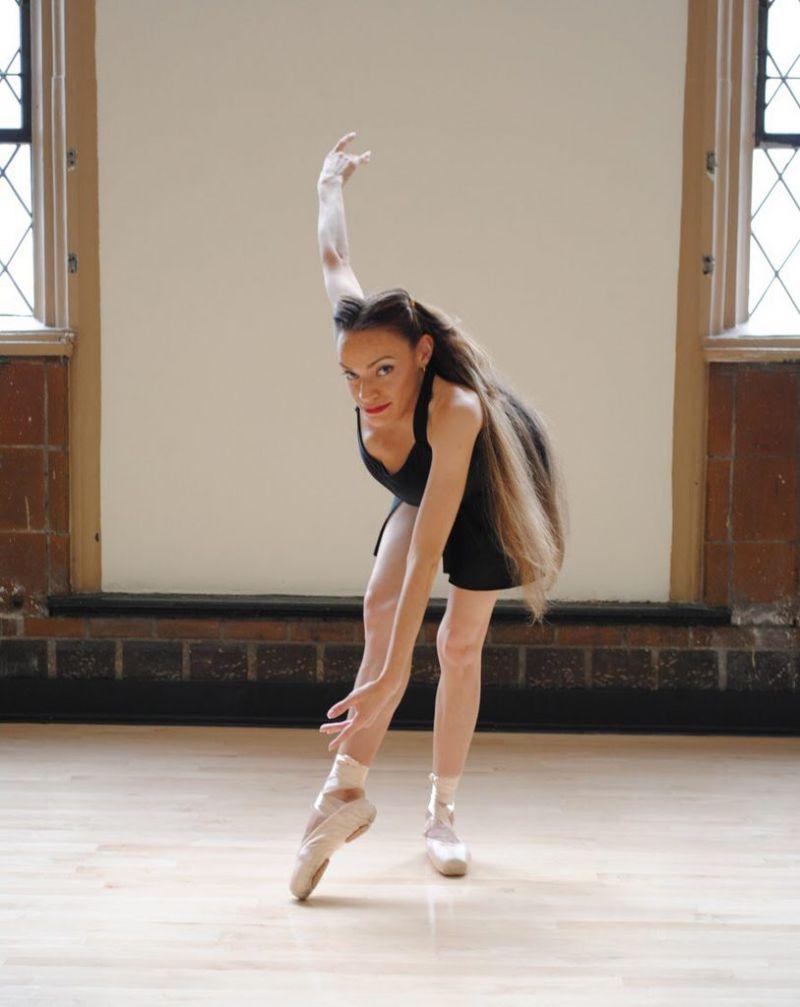 Профессиональная танцовщица с серьезными пороками развития костей