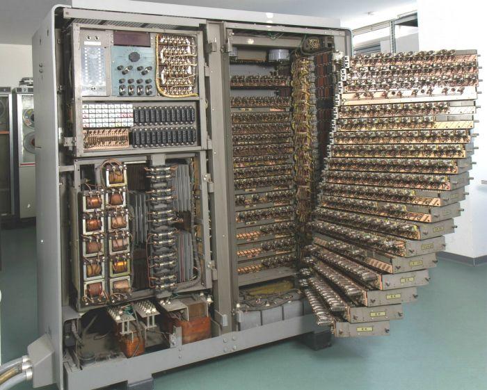 Разъем для подключения периферийного устройства к компьютеру 65 лет назад