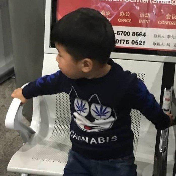 Китайцы, которые не представляют, что написано на их одежде