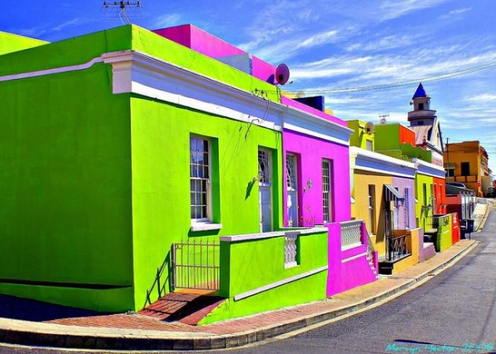 Яркие здания всех цветов радуги
