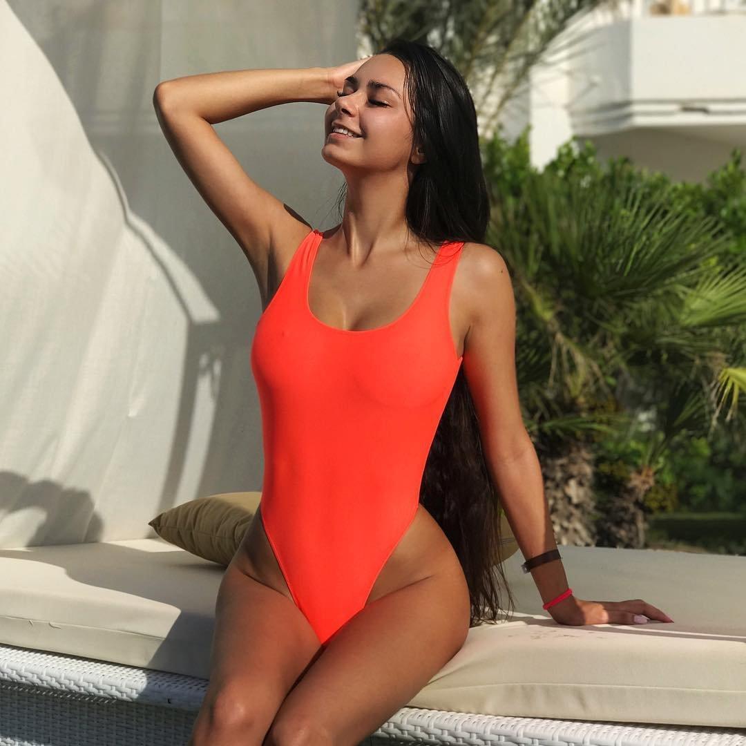Красивые девушки в сплошных купальниках