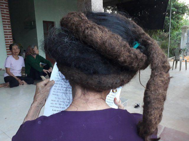 На голове бабушки вырос трехметровый колтун