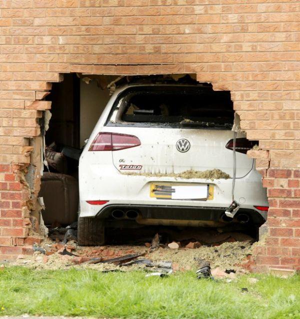 Volkswagen Golf R въехал в гостиную жилого дома