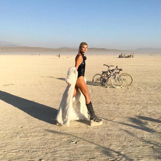 Девушки фестиваля Burning Man 2017