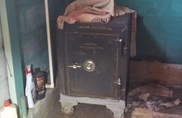 Находка внутри старого сейфа